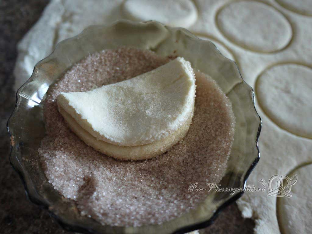 Творожное печенье Треугольники с сахаром - обмакиваем свернутую лепешку в сахаре