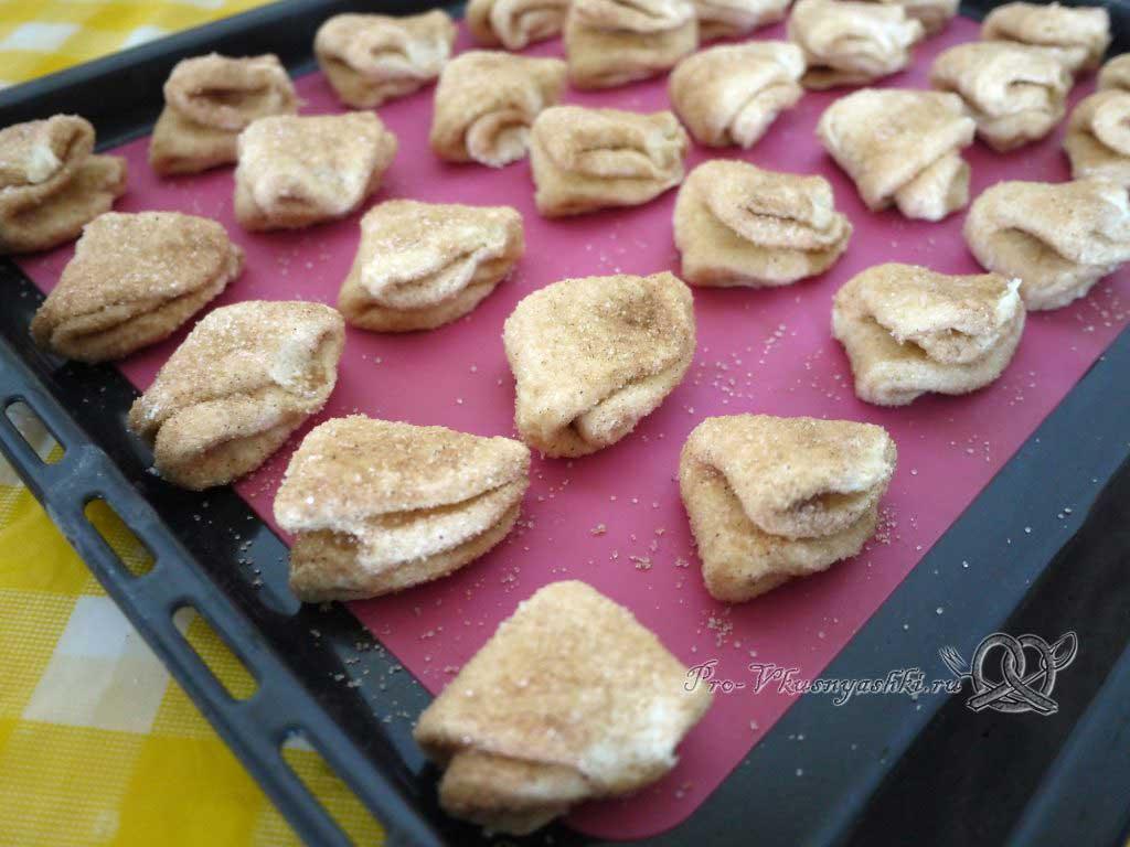 Творожное печенье Треугольники с сахаром - выкладываем печенье на противень
