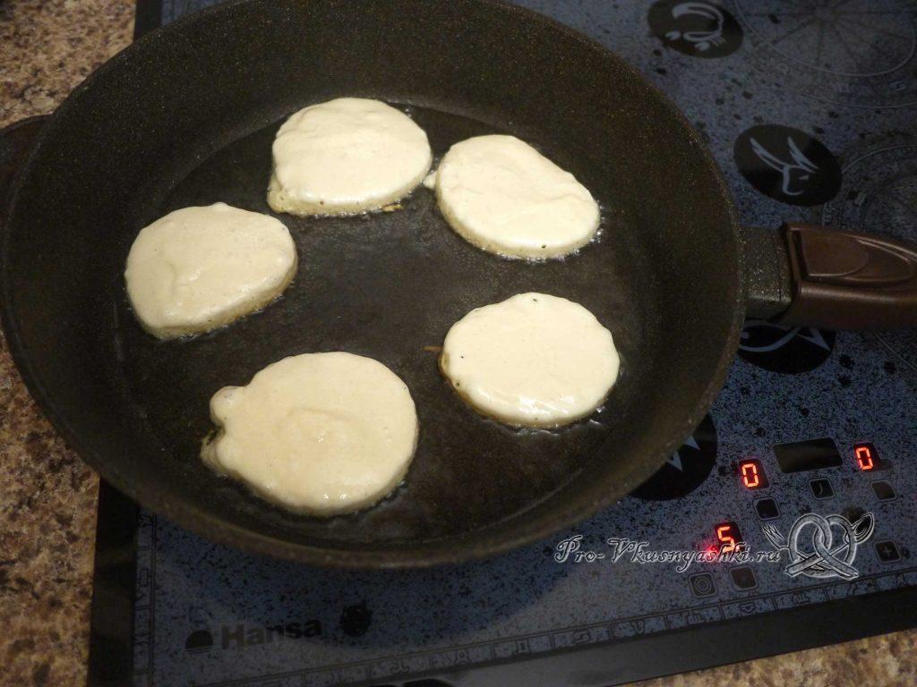 Ленивые беляши на кефире - выкладываем тесто на сковороду