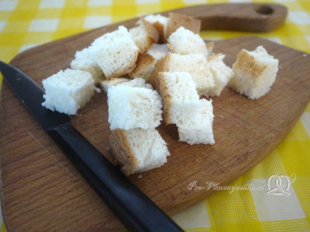 Салат Цезарь в домашних условиях - нарезаем хлеб