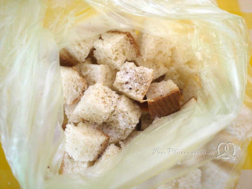 Салат Цезарь в домашних условиях - посыпаем солью и специями хлеб