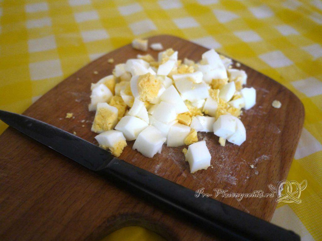 Салат с крабовыми палочками и кукурузой - нарезаем яйца