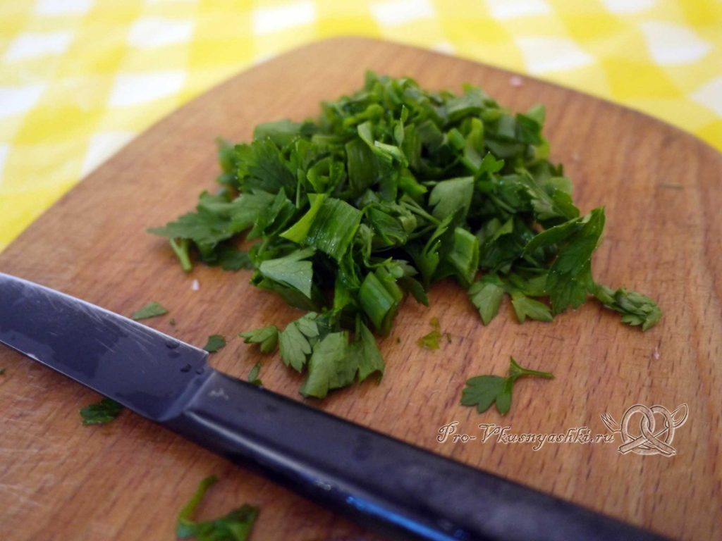 Салат с крабовыми палочками и кукурузой - нарезаем зелень