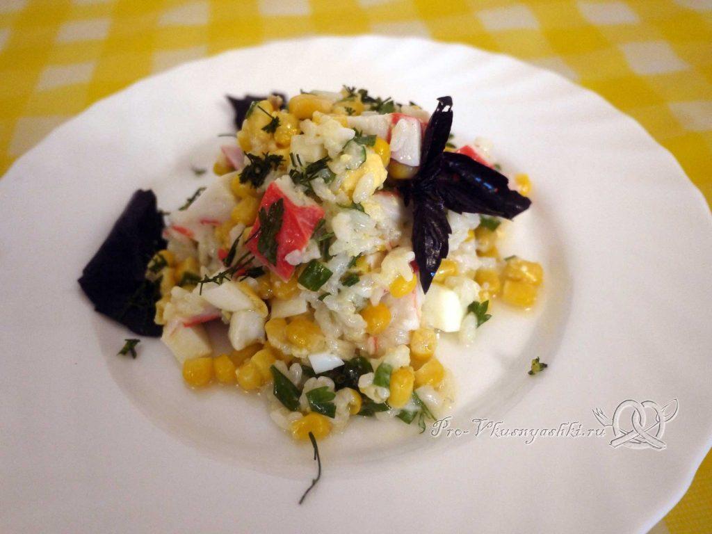 Салат с крабовыми палочками и кукурузой - подача