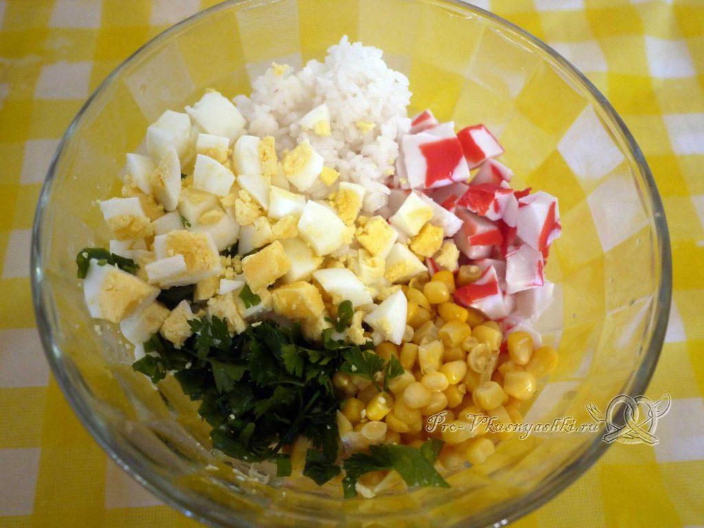 Салат с крабовыми палочками и кукурузой - смешиваем все ингредиенты