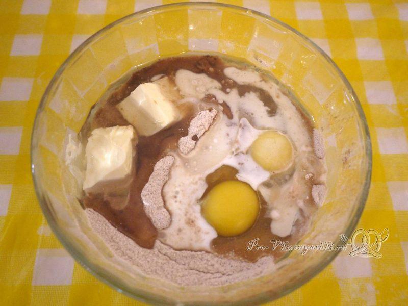 Шоколадный торт с желейной прослойкой - добавляем масло и яйца в тесто