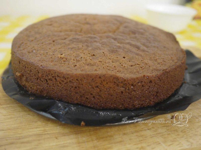 Шоколадный торт с желейной прослойкой - достаем коржи из формы