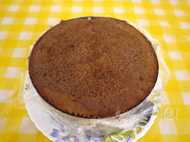 Шоколадный торт с желейной прослойкой - накрываем торт вторым коржом