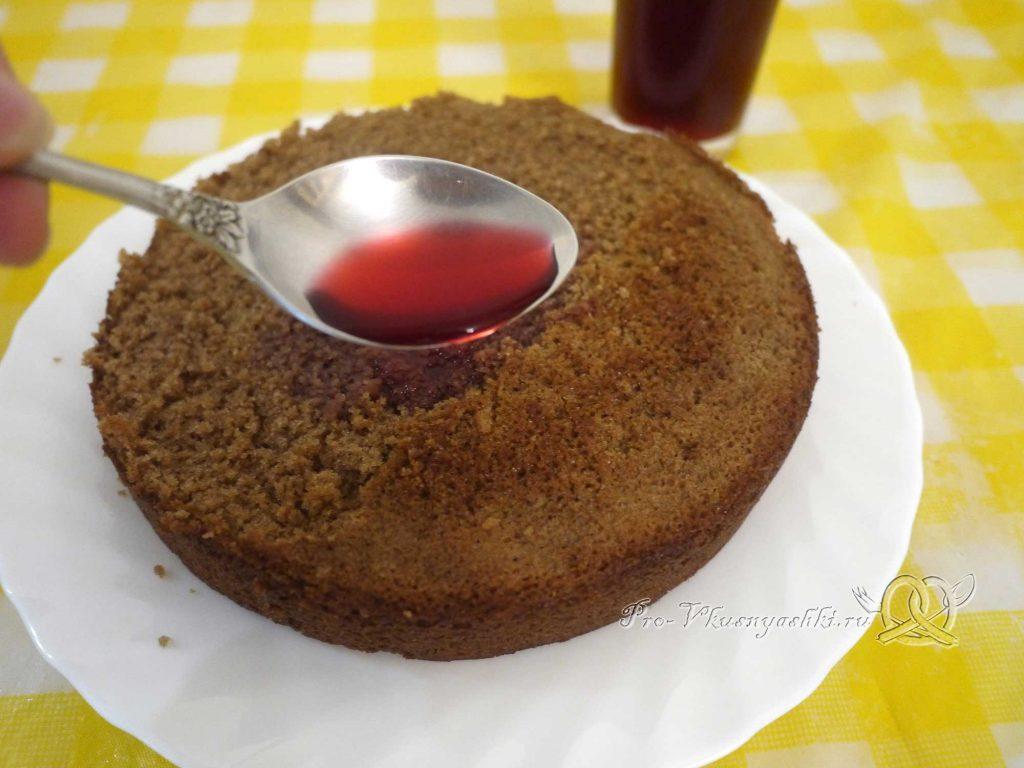 Шоколадный торт с желейной прослойкой - пропитываем бисквит