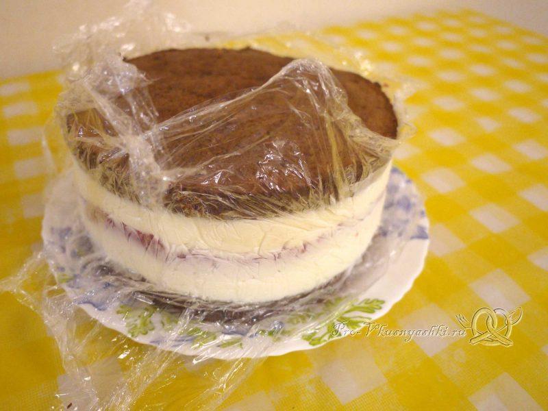 Шоколадный торт с желейной прослойкой - достаем торт из формы