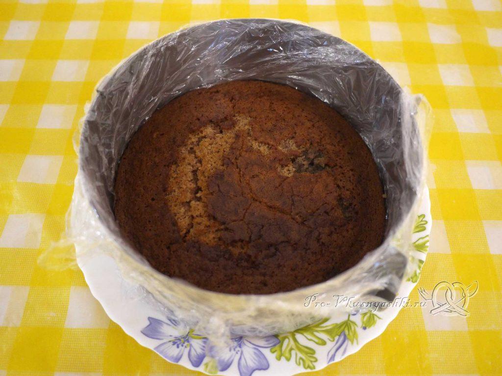 Шоколадный торт с желейной прослойкой - выкладываем корж в форму