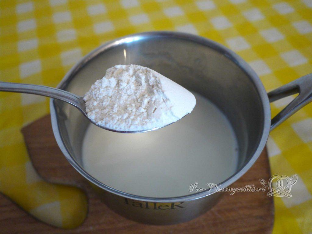 Сладкий торт из кабачков - добавляем муку в молоко