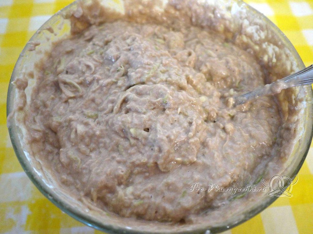Сладкий торт из кабачков - перемешиваем тесто