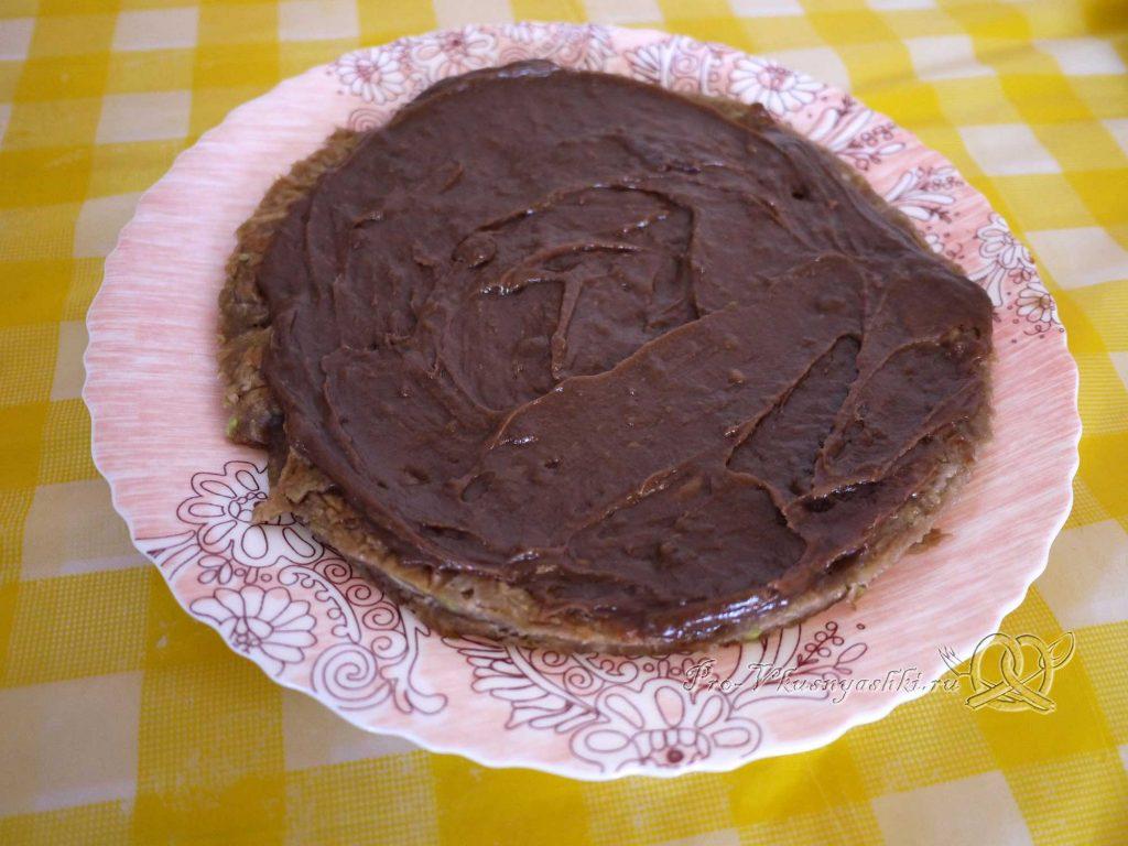 Сладкий торт из кабачков - смазываем корж кремом