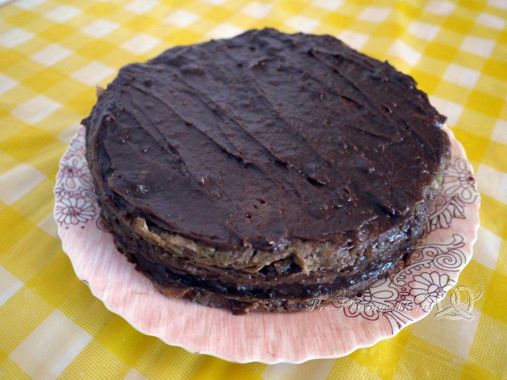 Сладкий торт из кабачков - смазываем торт кремом