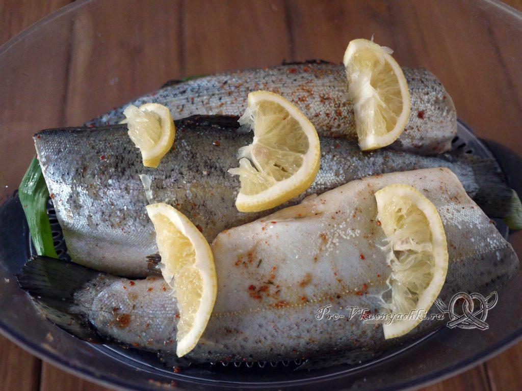 Форель на пару - натираем рыбу солью и поливаем лимонным соком