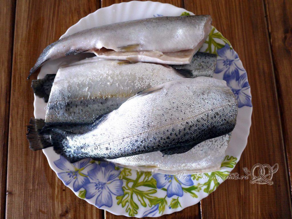 Форель на пару - разделываем рыбу