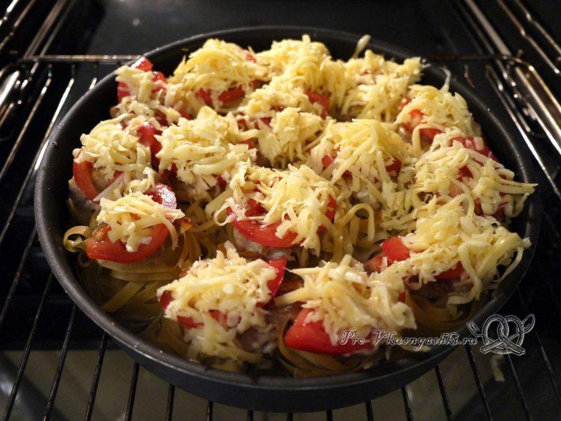 Гнезда из макарон с фаршем в духовке - посыпаем гнезда сыром