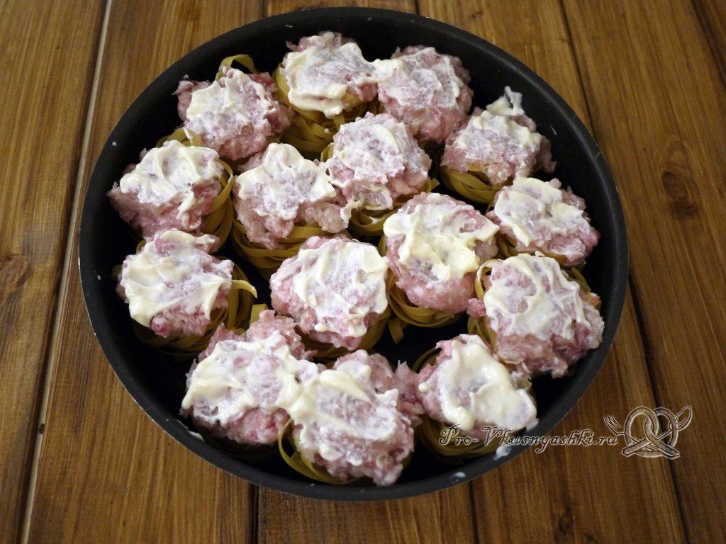 Гнезда из макарон с фаршем в духовке - смазываем гнезда майонезом