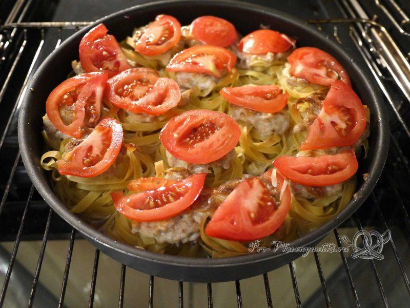 Гнезда из макарон с фаршем в духовке - выкладываем помидоры на сыр