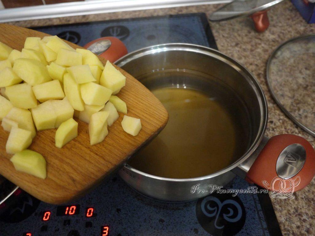 Грибной суп из лесных грибов - добавляем в бульон картофель