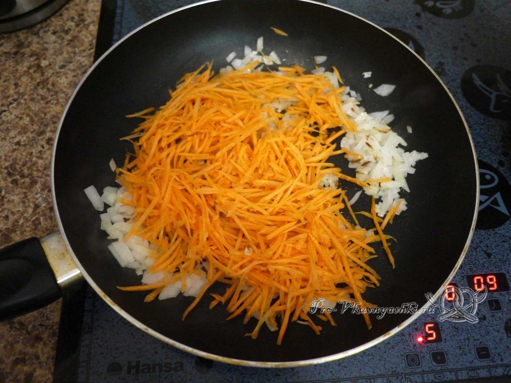 Грибной суп из лесных грибов - жарим лук и морковь