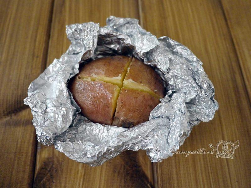 Картофель запеченный в духовке в фольге - делаем надрезы в картофеле