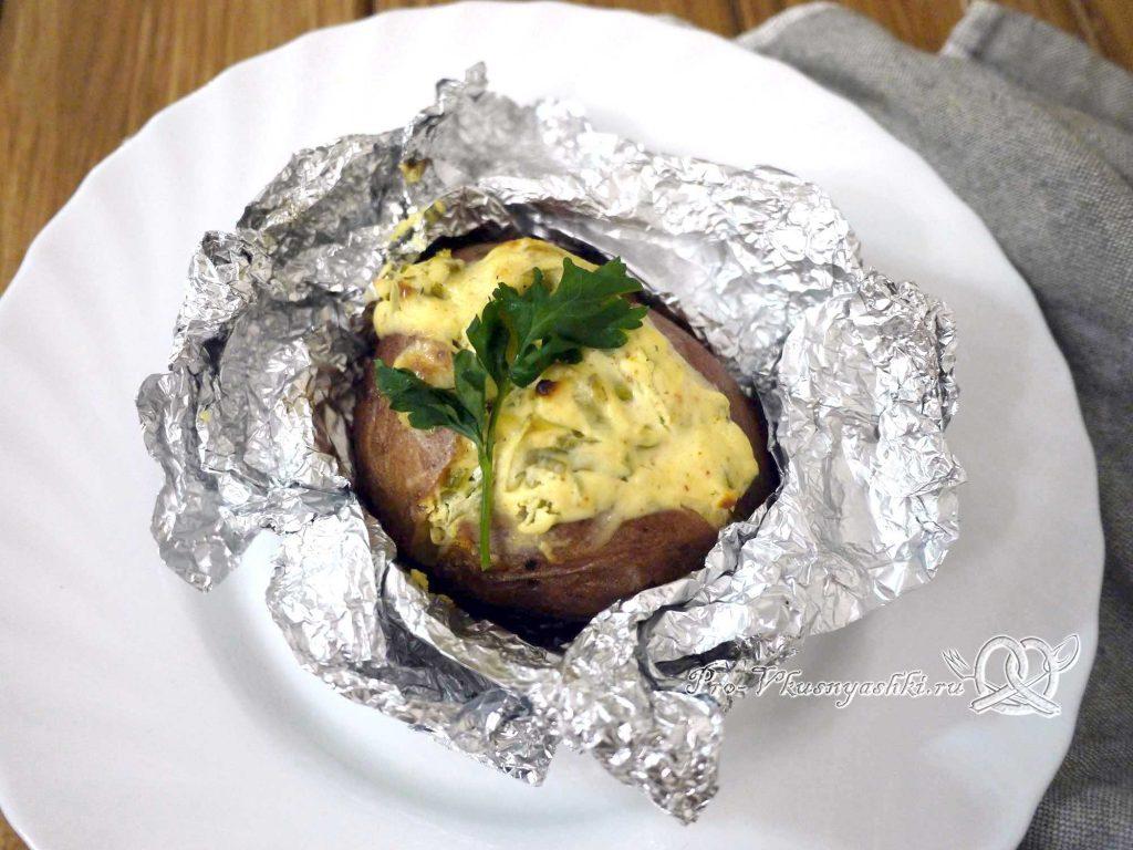 Картофель запеченный в духовке в фольге - подача