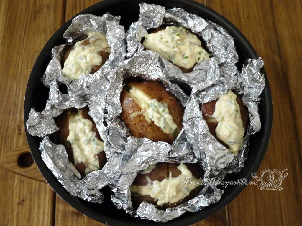 Картофель запеченный в духовке в фольге - выкладываем картофель в форму