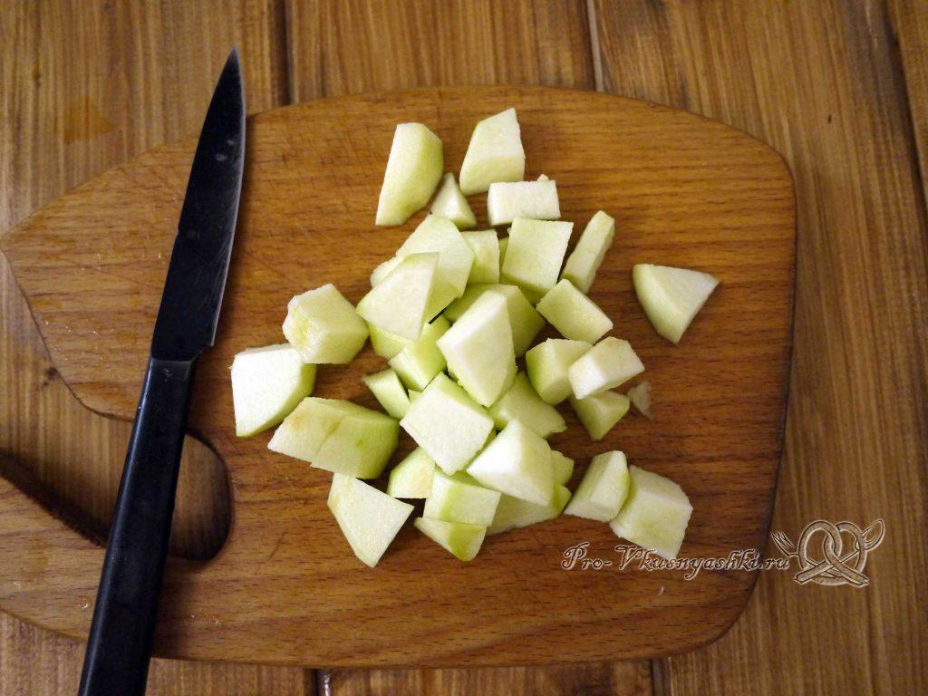 Краснокочанная капуста, тушеная с яблоками - нарезаем яблоки