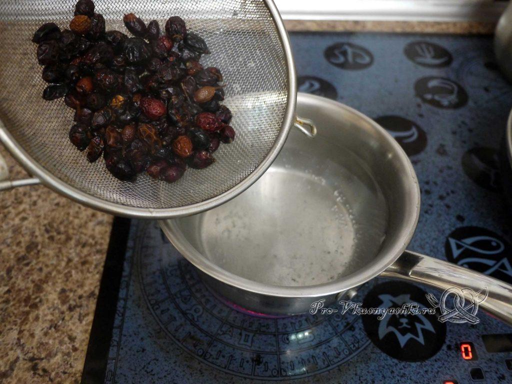 Отвар шиповника из сухих плодов - добавляем шиповник в кипяток