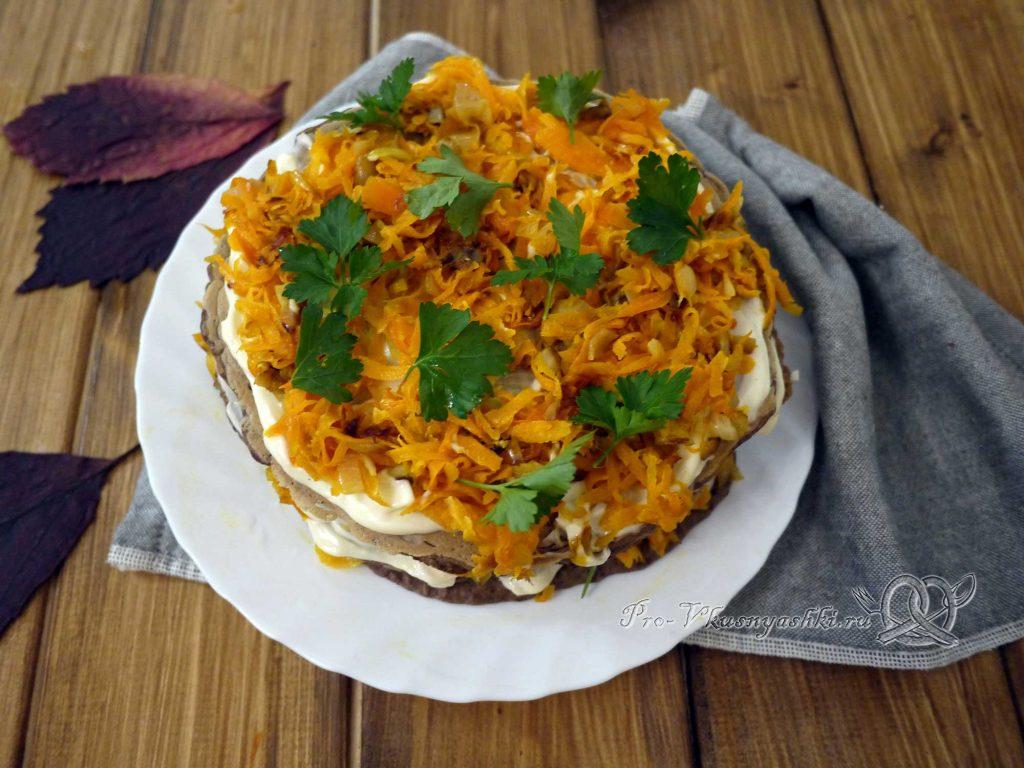 Печеночный торт с морковью и луком - подача