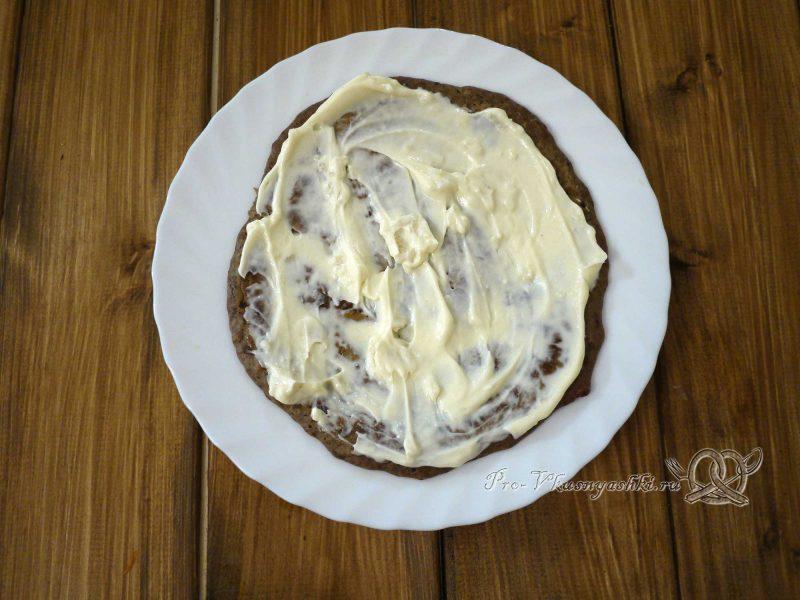 Печеночный торт с морковью и луком - смазываем блин майонезом