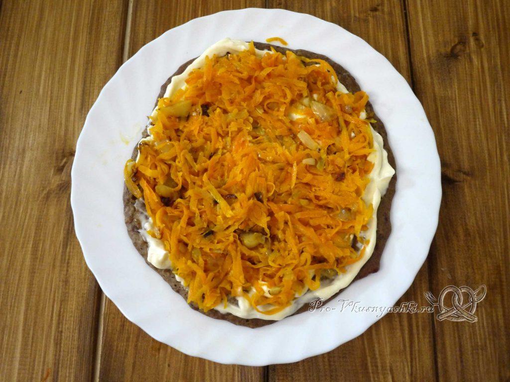 Печеночный торт с морковью и луком - выкладываем морковь