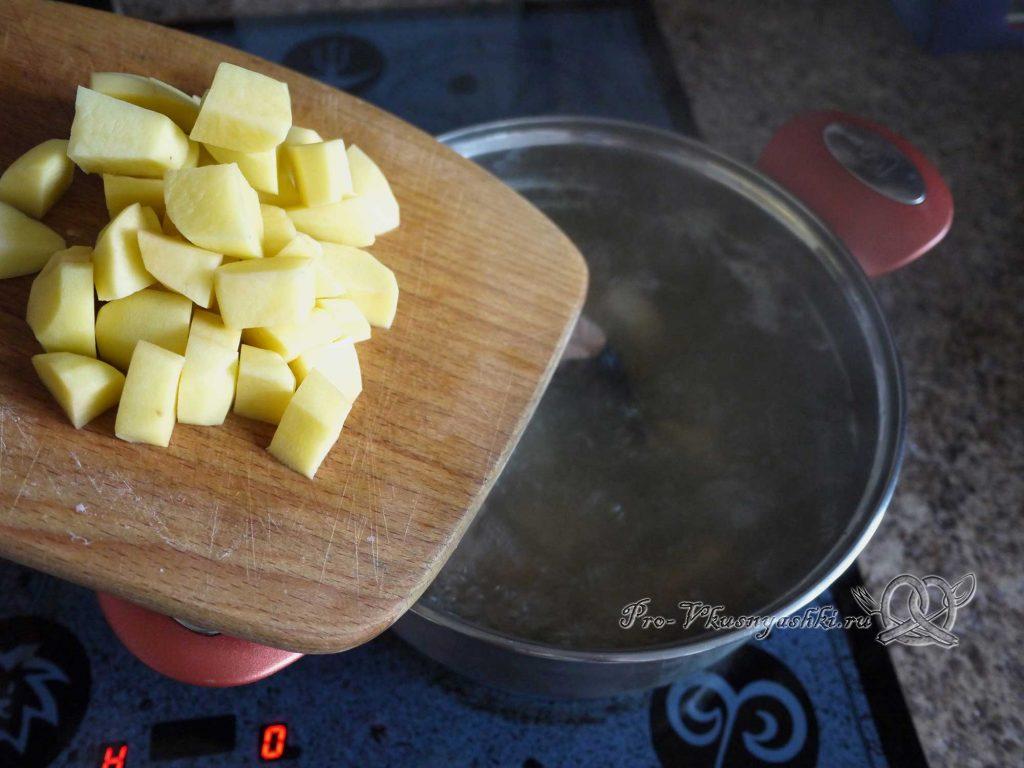 Рыбный суп из горбуши с пшеном - добавляем в бульон картофель