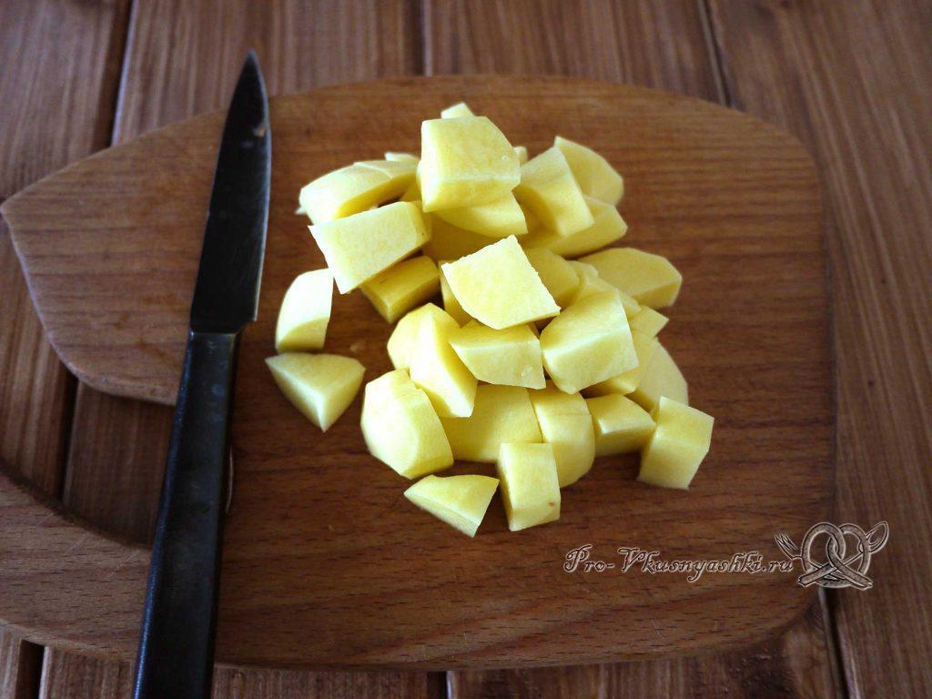 Рыбный суп из горбуши с пшеном - нарезаем картофель