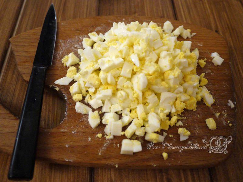 Салат «Ананас» - нарезаем яйца