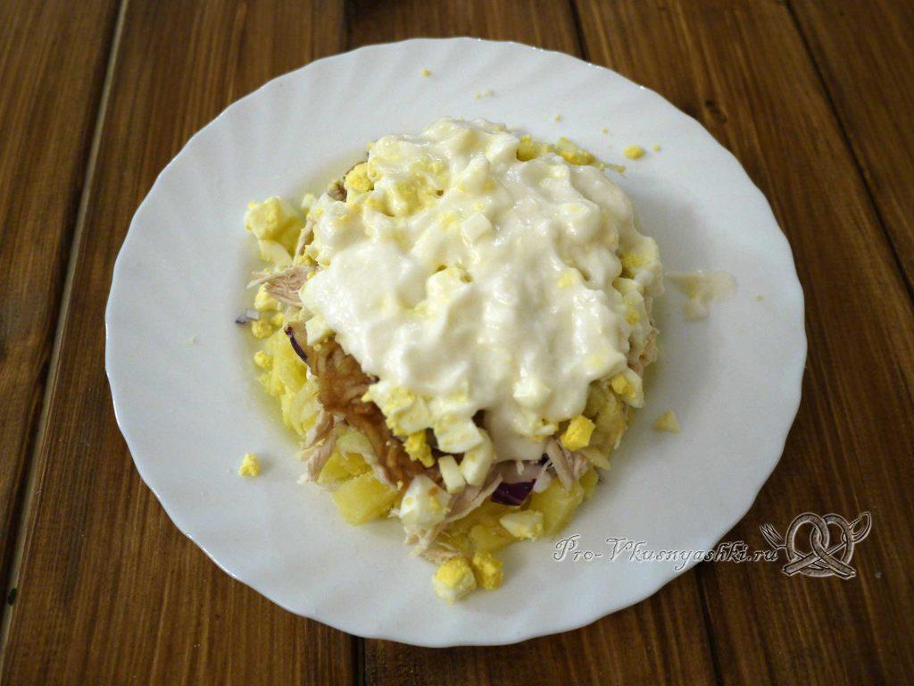 Салат «Ананас» - смазываем яйца майонезом