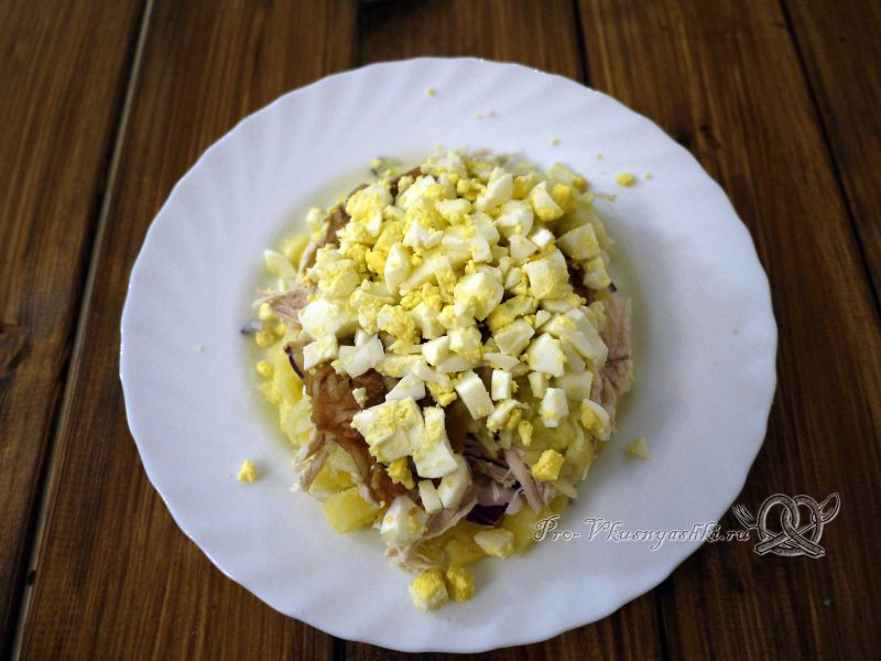 Салат «Ананас» - выкладываем яйца