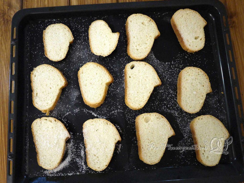 Сухари из белого хлеба в духовке - посыпаем хлеб сахаром