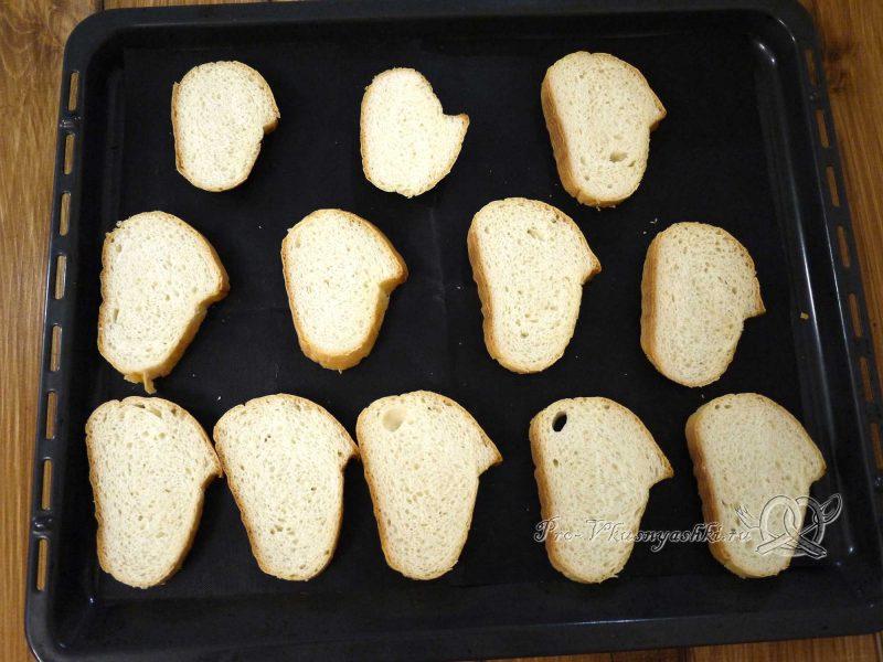Сухари из белого хлеба в духовке - выкладываем хлеб на противень