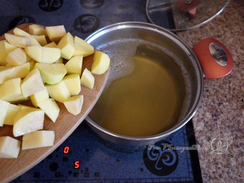 Уха из минтая - добавляем картофель в бульон