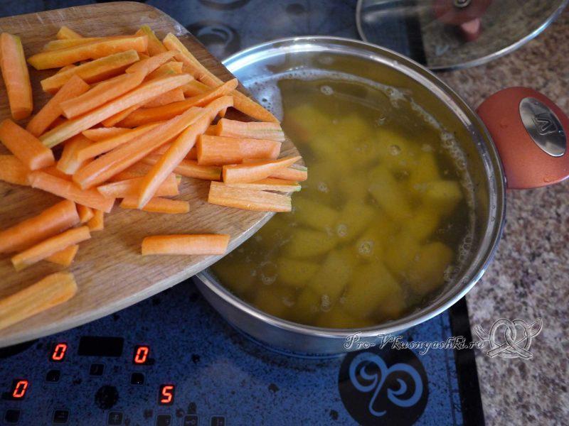 Уха из минтая - добавляем морковь в бульон