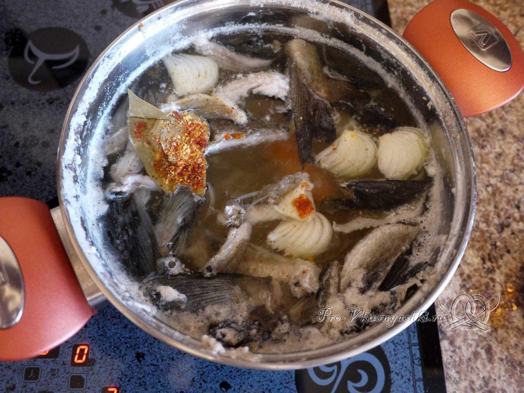 Уха из минтая - добавляем специи в бульон