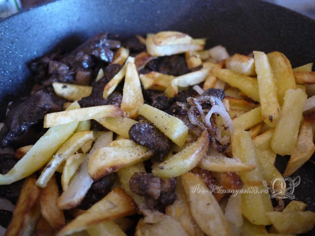 Жареная картошка с грибами и луком - добавляем соль и специи