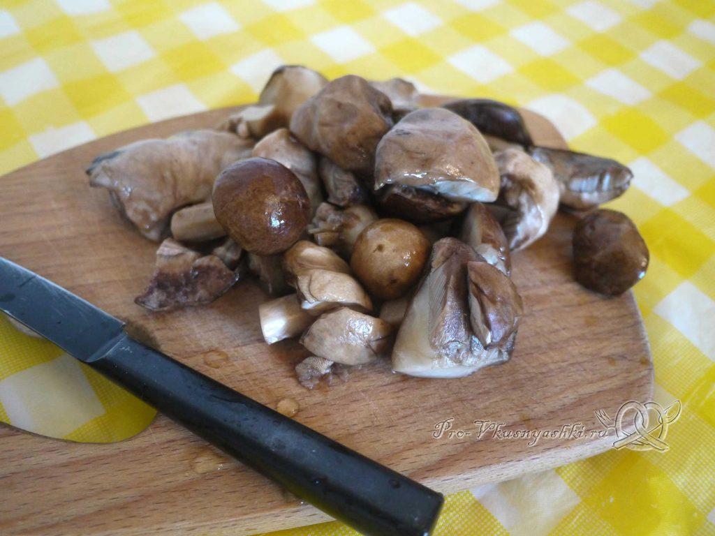 Жареная картошка с грибами и луком - нарезаем грибы