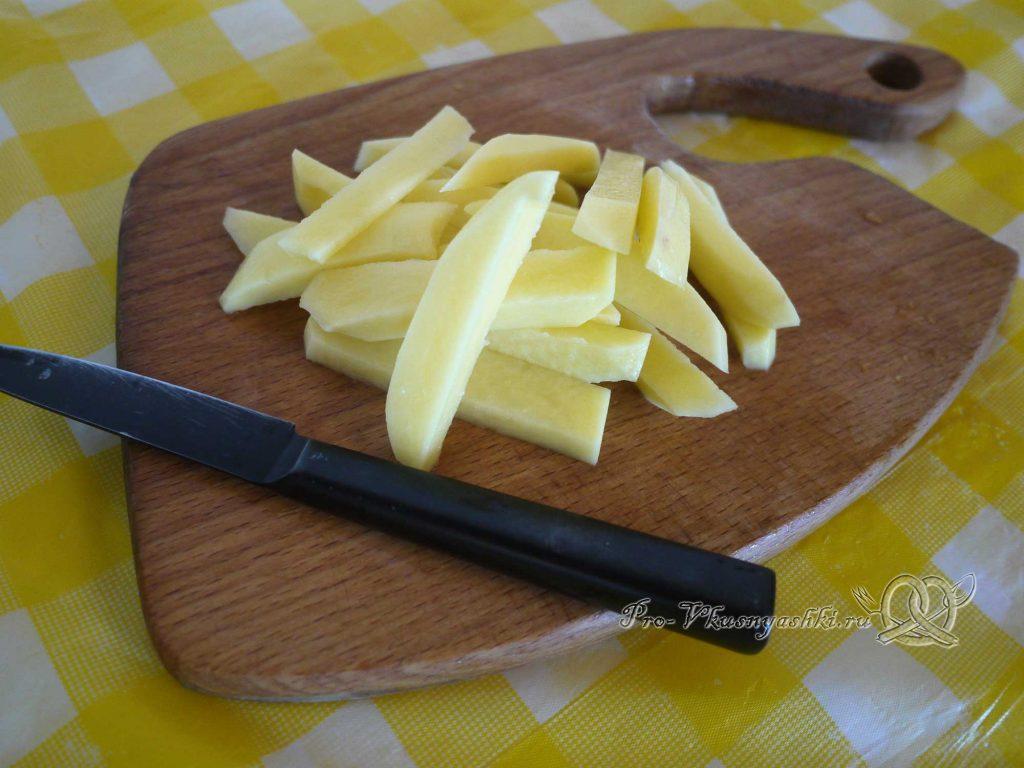 Жареная картошка с грибами и луком - нарезаем картофель