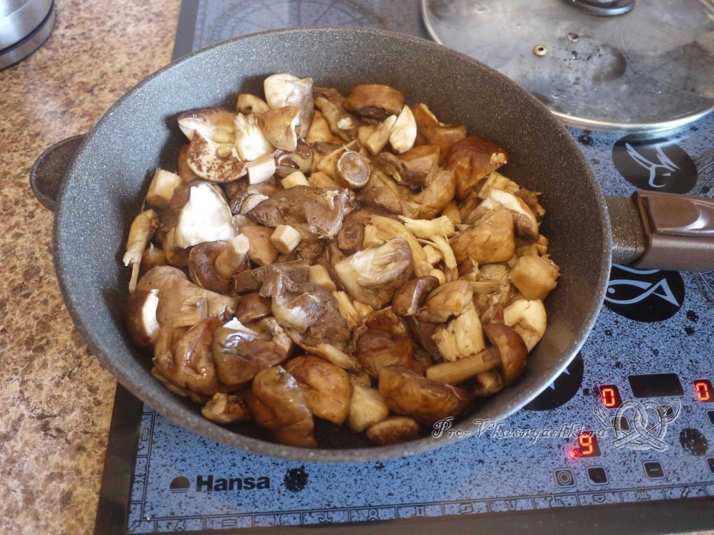 Жареная картошка с грибами и луком - обжариваем грибы