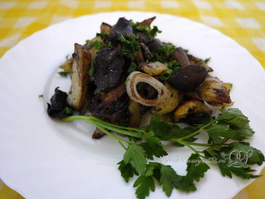 Жареная картошка с грибами и луком - подача