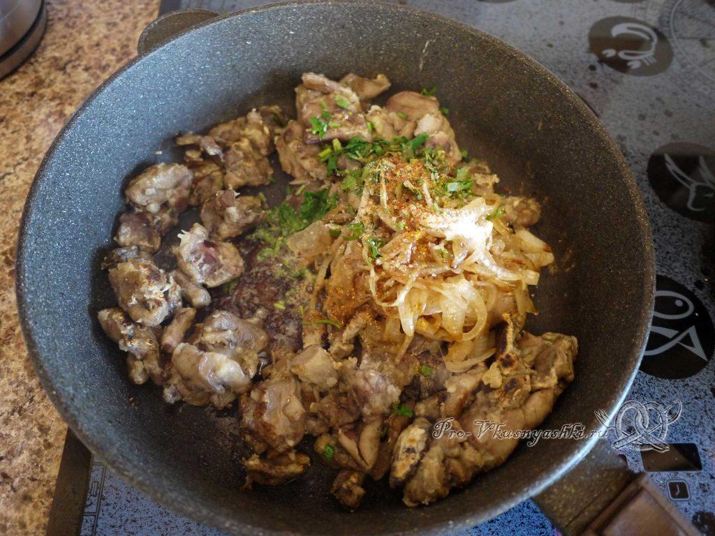 Грибы в сметане по-смоленски - добавляем соль и специи в грибы